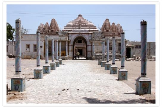 वसई जैन तिर्थ, भद्रेश्वर कच्छ, पुरने मुख्य द्वार के पीछे नया मंदिर